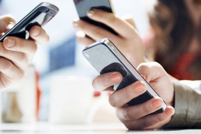 people_use_phone
